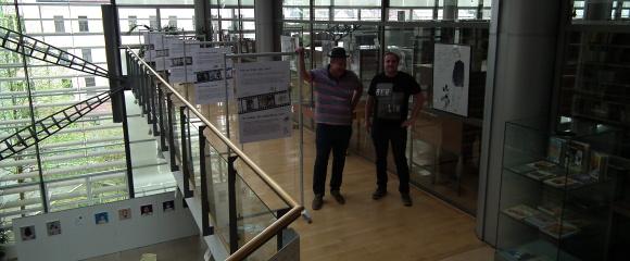 Otto Hofmann a Ondřej Slanina po instalaci výstavy v knihovně v Liberci