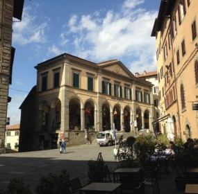 Piazza Luca Signorelli v Cortoně s krásným Teatro Signorelli