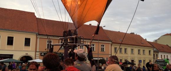 A večer vyletěl z náměstí i pravý velký horkovzdušný balón...video již brzy!