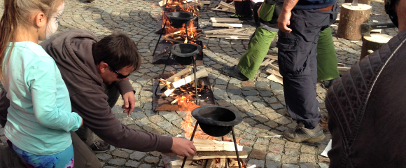 Na náměstí probíhalo vaření vajec natvrdo na čas v buřinkách